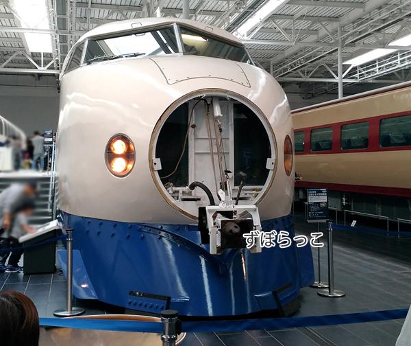 リニア鉄道館の東海道新幹線0系の団子鼻(連結部)が開けられている様子